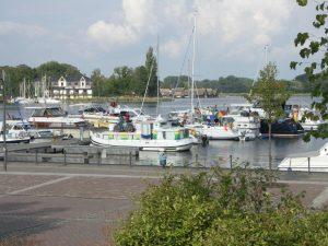 Hausboote mit Riveryacht